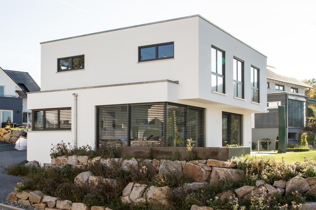 Einfamilienhaus mit moderner Architektur, Flachdach, 2 Vollgeschossen und großen Hebeschiebetüren im Erdgeschoss