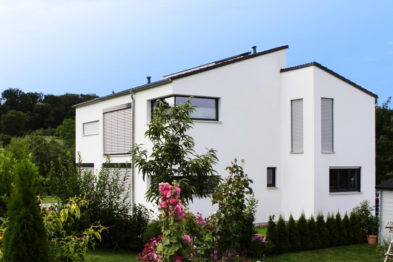 Einfamilienhaus mit moderner Architektur, versetztem Satteldach und keinem Dachüberstand