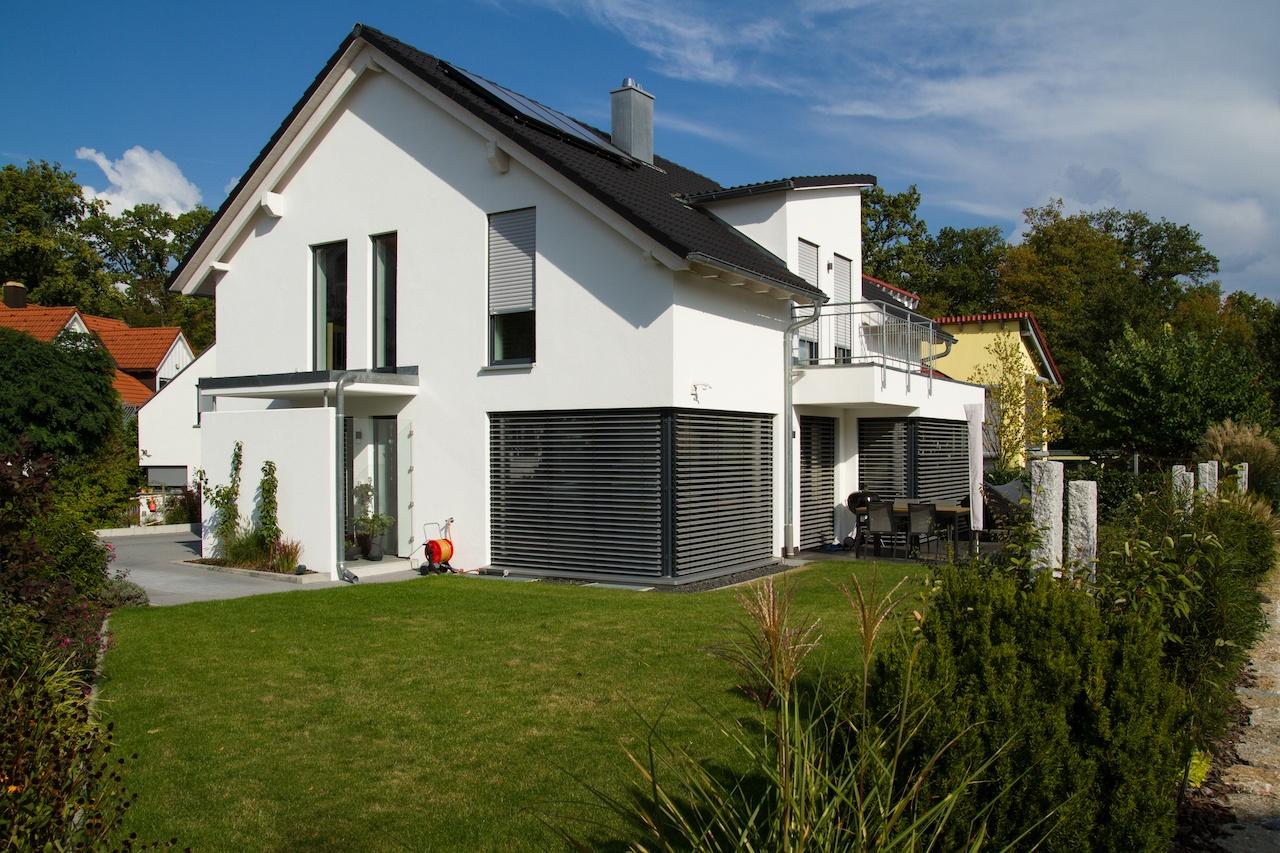 Einfamilienhaus mit Satteldach und klassischem Dachüberstand, Erker im EG als Balkon für OG und Gaube