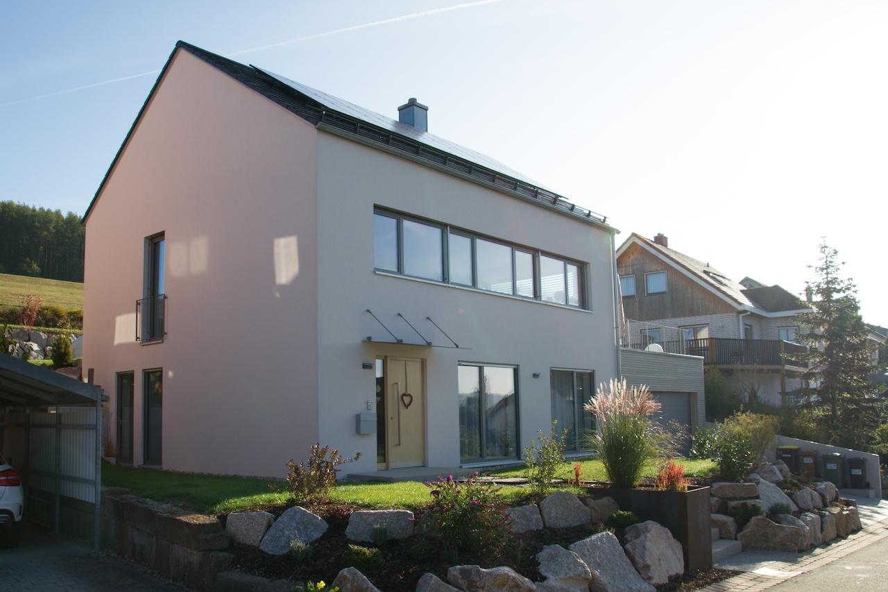 Einfamilienhaus mit Satteldach und minimalem Dachüberstand, Garage als Terrasse nutzbar