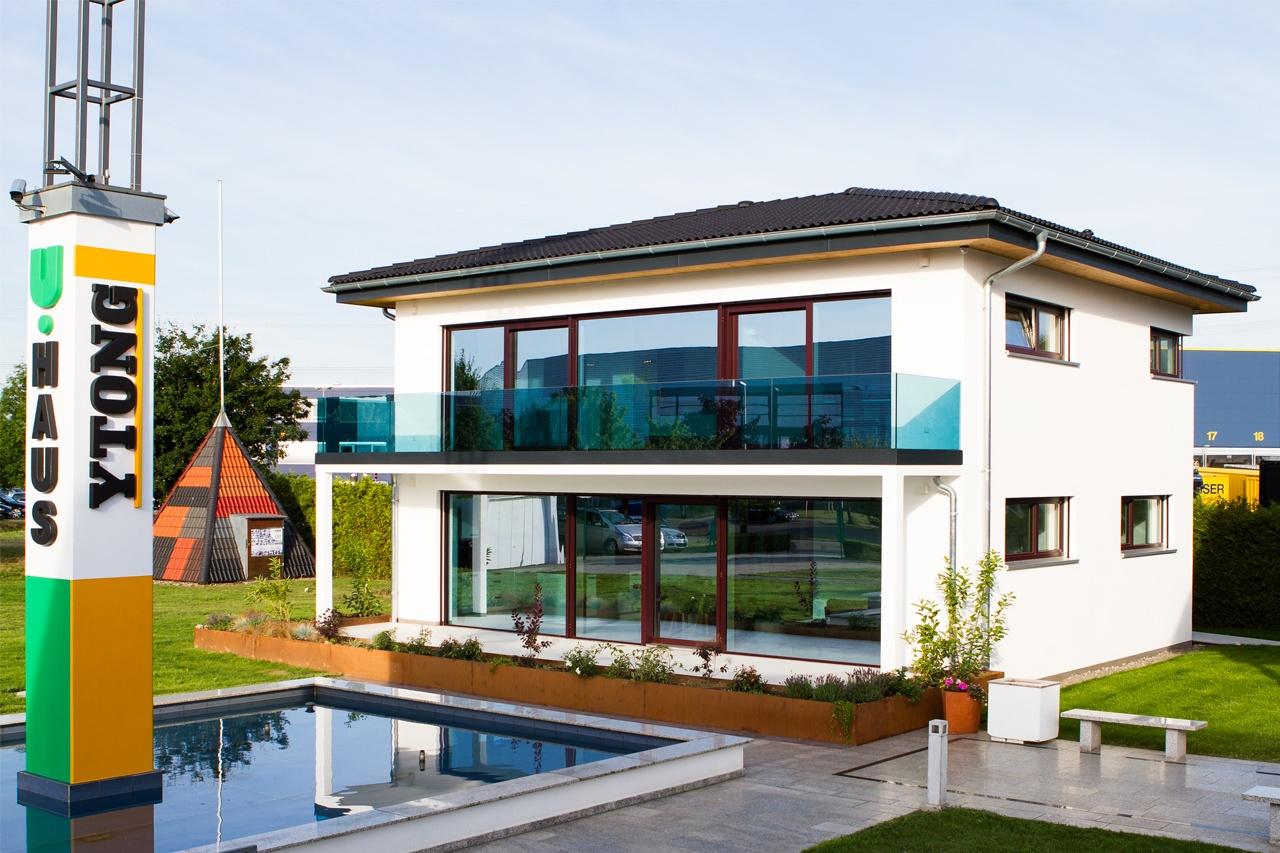 Einfamilienhaus mit Walmdach und Kastengesims mit 50cm Dachvorsprung, Musterhaus Ergenzingen 2