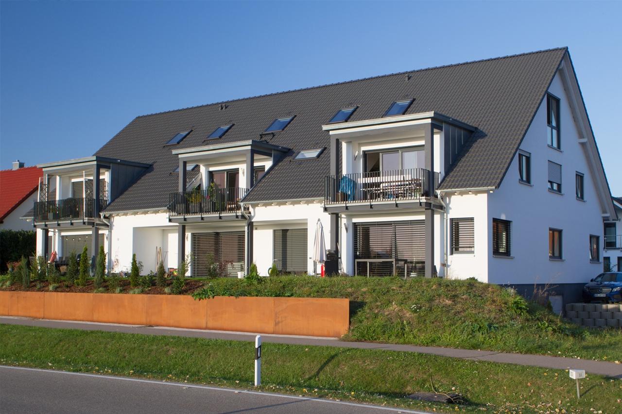 Mehrfamilienhaus mit 6 Wohnungen, Satteldach mit klassischen Dachvorsprung