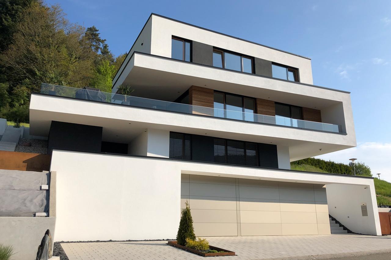 modernes Einfamilienhaus mit Flachdach und integrierter Garage