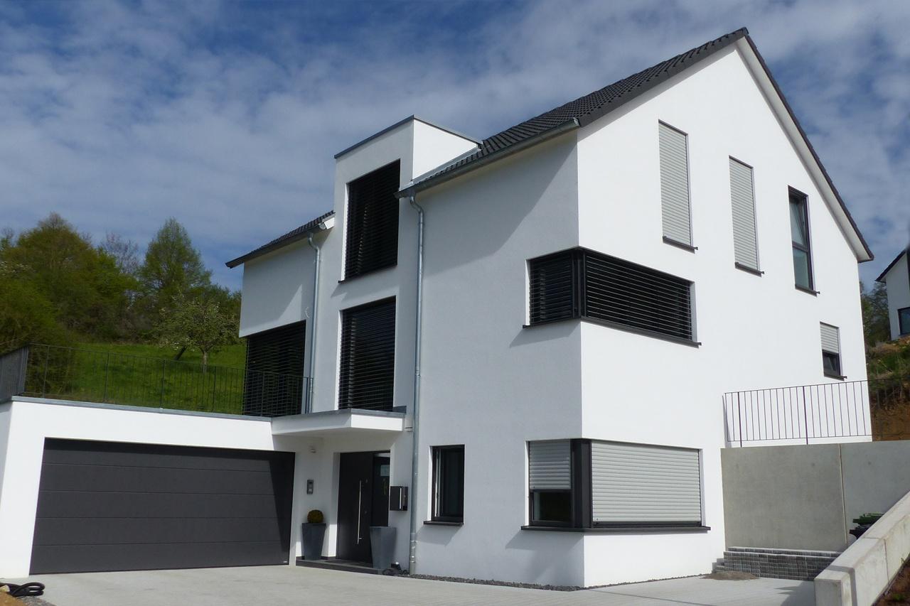 Einfamilienhaus mit Satteldach und stehender Gaube